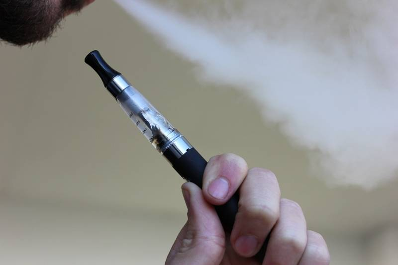 how much cbd to vape - man using vape pen